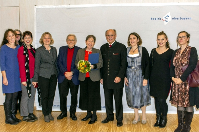 Bei der Verleihung der Bezirksmedaille dabei waren auch Anette Nettelnstroth (Leiterin des Hauses der Begegnung) Angelika Kölbl (Stellvertretende AWO Kreisvorsitzende), Marianne Zollner (Bürgermeisterin), Bernd Seeberger (Ehemann), Klara-Maria Seeberger, Josef Mederer (Bezirkstagspräsident), Claudia Hausberger (Bezirksrätin) und weitere.