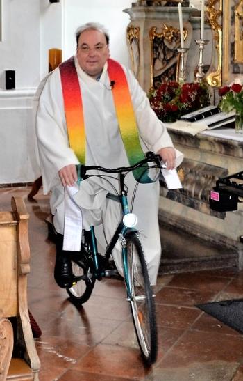 Besondere Wege beschritt Pfarrer Aneder auch bei der Fahrzeugweihe, wo er mit dem Fahrrad in die Kirche kam und die Funktionen des Rades in den Mittelpunkt seiner Predigt stellte