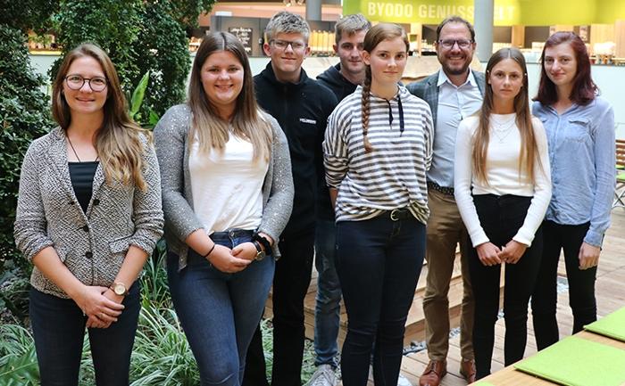 """""""Sechs neue Auszubildende zum Ausbildungsstart 2019"""", mit Byodo Ausbildungsleitung Lisa-Maria Brunner (vorne links) und Josef Stellner – kaufmännischer Geschäftsführer bei Byodo (hinten rechts)"""