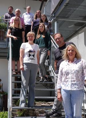 (von rechts): Andrea Streiter, Geschäftsführerin des Tourismusverbands Inn-Salzach, die Projektverantwortlichen der Innsbrucker Firma Locandy und Vertreter der vier beteiligten Kommunen haben sich zu einem Auftakt-Workshop getroffen.