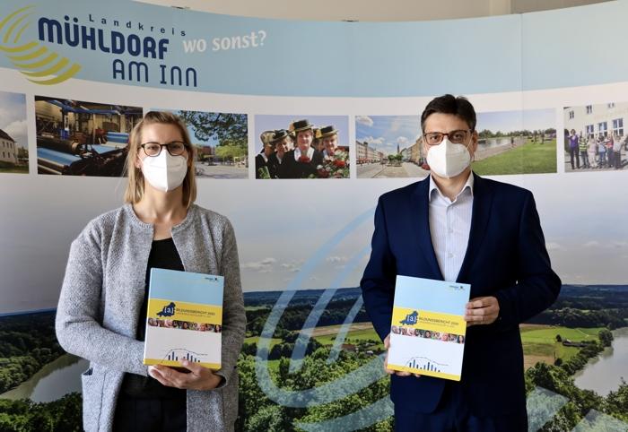 Dr. Carolin Jürgens von Lernen vor Ort mit Landrat Max Heimerl präsentieren den Bildungsbericht des Landkreises Mühldorf a. Inn.