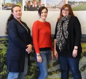 (von links nach rechts): Judith Grindinger, Wohnungslotsin, Martina Wastlhuber, Ehrenamtskoordinatorin (beide BRK) und Sabine Lüdtke von der Caritas.
