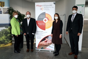 (von links nach rechts) Geschäftsbereichsleiterin Claudia Holzner, Fachbereichsleiter Soziales Roland Reis, Ansprechpartnerin für den Pflegestützpunkt Sigrid Auer und Landrat Max Heimerl bei der Eröffnung.
