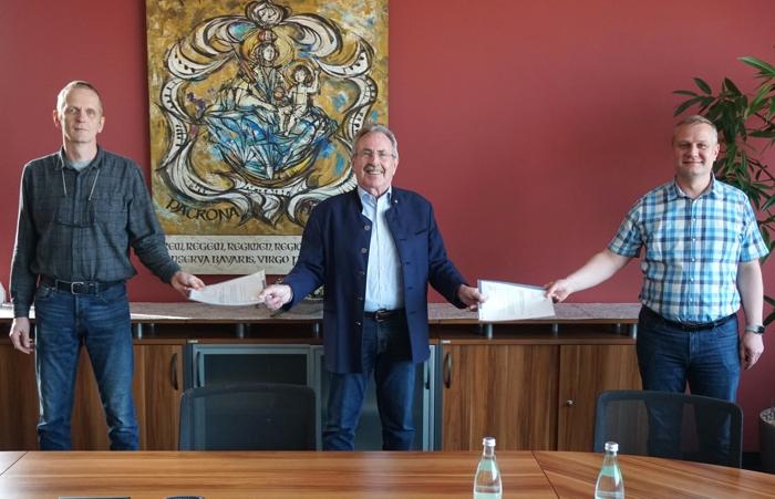 Landrat Georg Huber bei der Ernennung von Peter Wapler (links) zum Versorgungsarzt und seinem Stellvertreter Dr. Ulrich Ebermann.