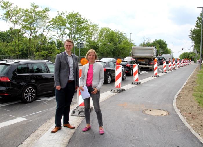 Erster Bürgermeister Michael Hetzl und Stadtbaumeisterin Birgit Weichselgartner machen sich vor Ort ein Bild von der Baumaßnahme.